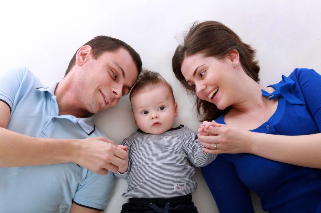 Rodzice z małym dzieckiem /Ilustracja do tekstu: Komórki macierzyste: jak je wykorzystać w leczeniu?
