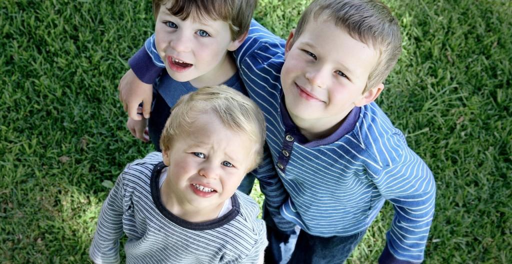 Trzech chłopcy uśmiechają się do obiektywu /Ilustracja do tekstu: Lekcja Godności w polskiej szkole. Niezwykła nauka empatii