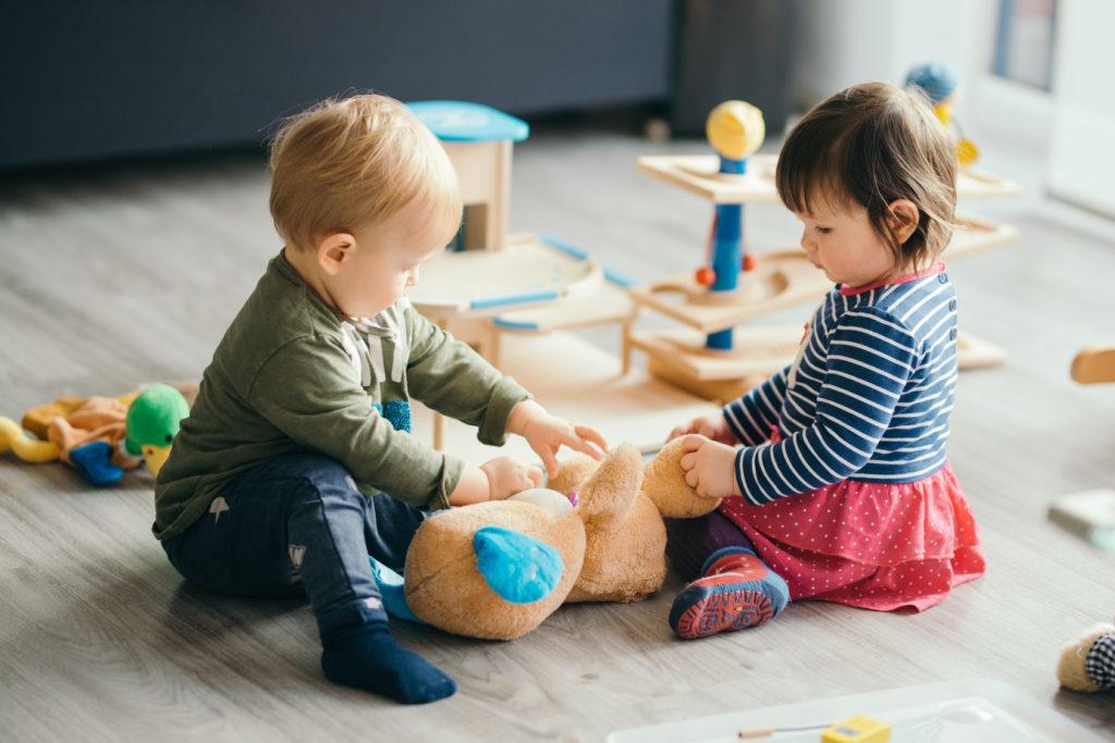 Dwójka dzieci bawi się zabawkami
