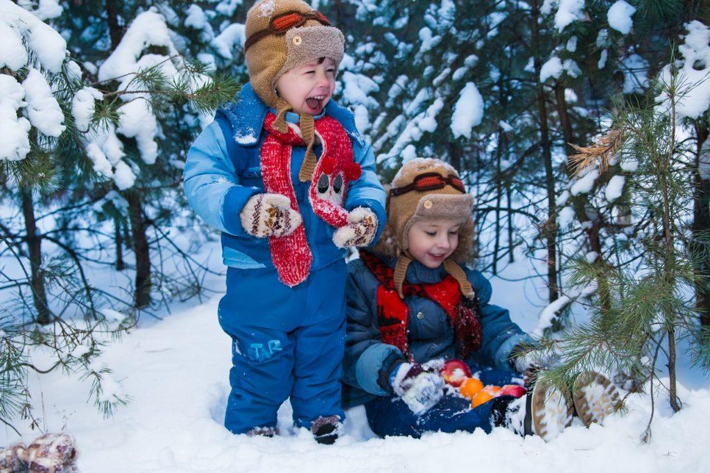 Dwójka dzieci bawiących się w śniegu