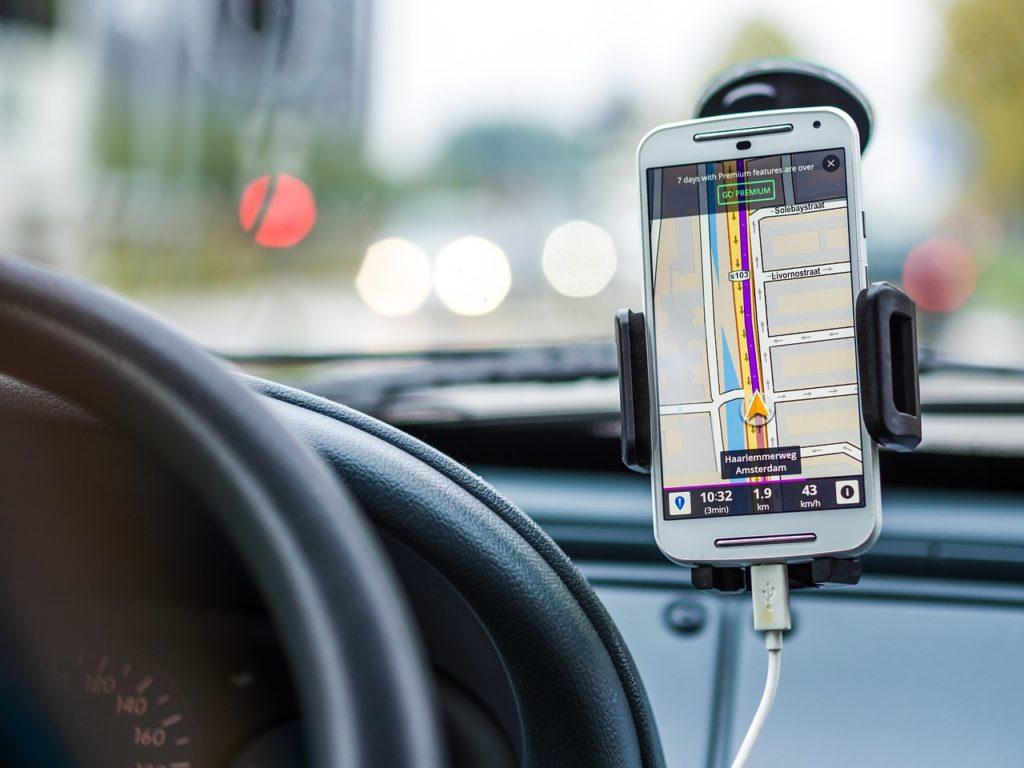 5 zasad bezpiecznego korzystania z nawigacji w smartfonie