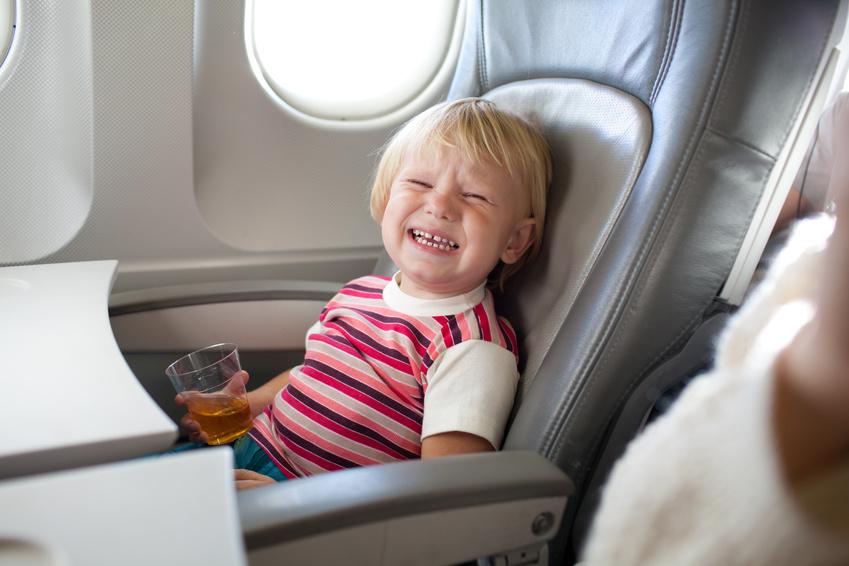 płaczące dziecko w samolocie