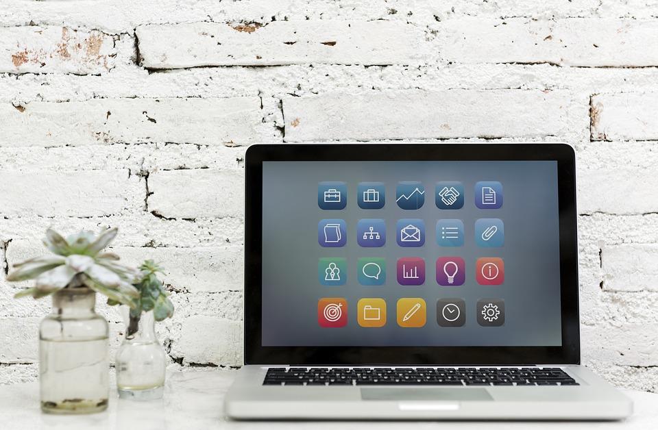 Otwarty laptop, na ekranie lista aplikacji /Ilustracja do tekstu: Targetowanie psychologiczne: szansa i zagrożenie