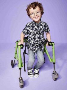 """Usmiechnięty chłopiec w chodziku dla dzieci z MPD / River Island - kampania """"Labels Are for Clothes"""""""