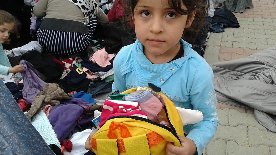 Dziewczynka z Syrii z plecakiem w ręku /Ilustracja do tekstu: Wojna w Syrii najbardziej zagraża dzieciom z niepełnosprawnością