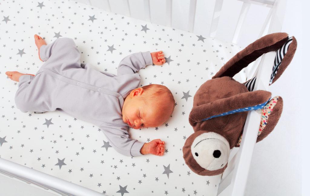 Leniwiec E-zzy nad łóżeczkiem dziecka