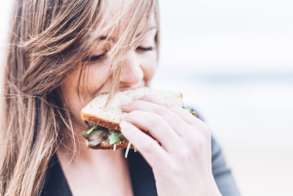Kobieta je kanapkę /Chcesz zapobiegać otyłości? Postaw na zdrowe nawyki?