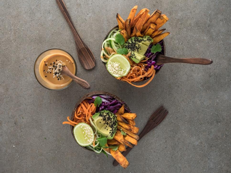 Produkty wegetariańskie: słupki warzyw w kubeczkach