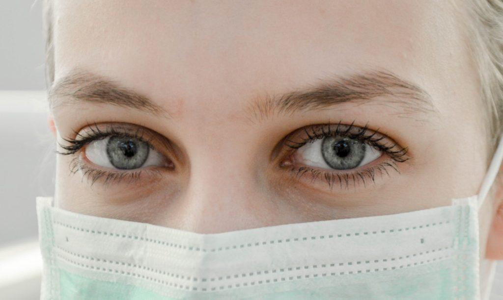 Badanie genów szacujące ryzyka raka /Na zdjęciu: Lekarka w maseczce
