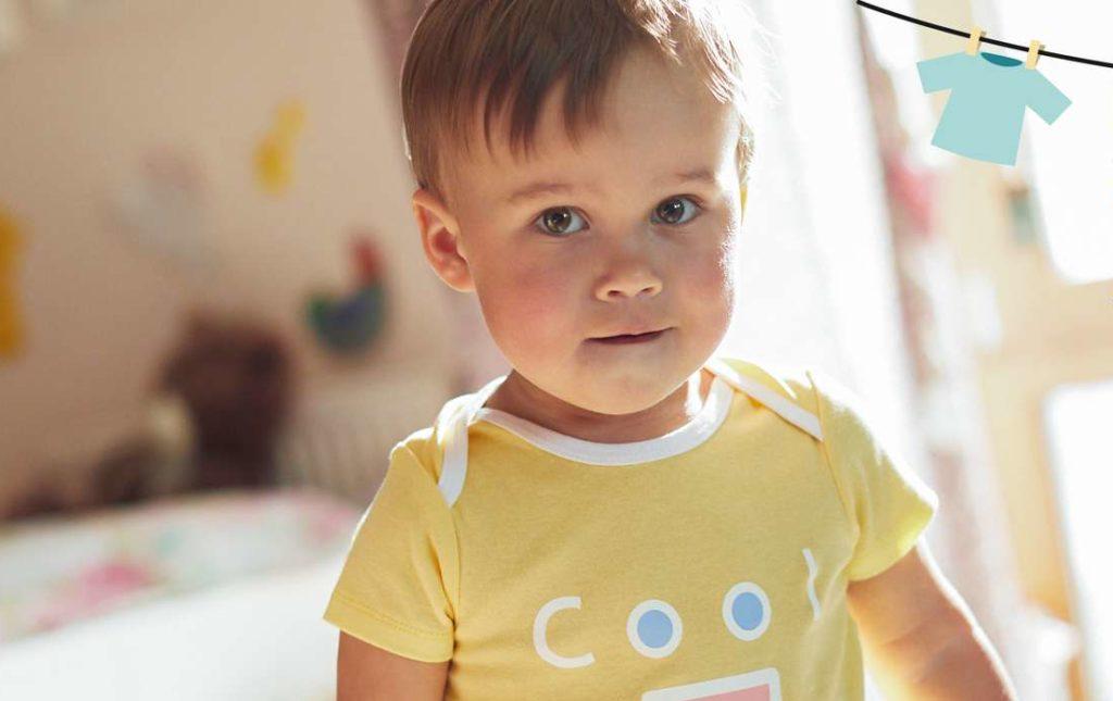 Mału chłopczyk w koszulce Kuniboo /Ilustracja do tekstu: Miękkie i bezpieczne ubranka Kuniboo z dyskontu