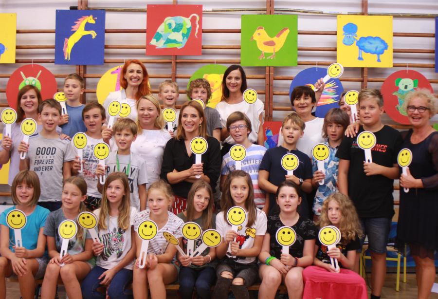 SOS Wioski Dziecięce promuje tolerancję /Na zdjęciu: Anna Dereszowska i uczniowie uczestniczący w lekcji SOS Wioski Dziecięce