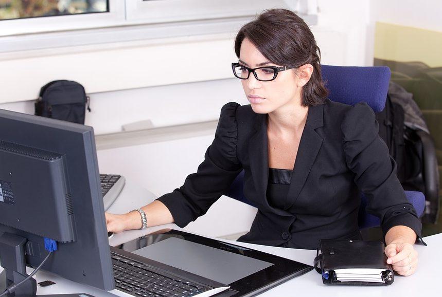 Kobieta w okularach przed komputerem /6 sposobów, by zadbac o zdrowie oczu podczas pracy przed komputerem