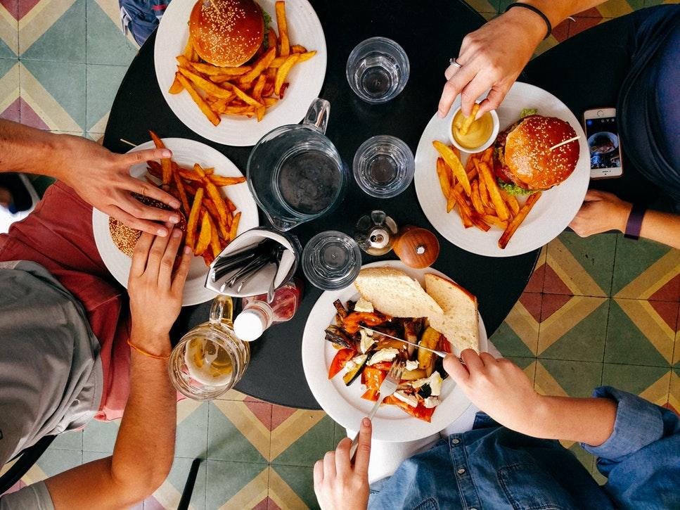 Kliknij i zjedz wspólnie posiłek. PlateWithMate /Na zdjęciu: Czwórka osób je wspólny posiłek - ujęcie z góry