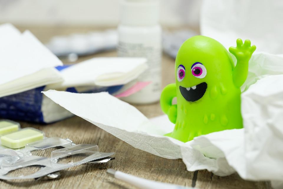 Zielona zabawka w kształcie wirusa na stosie chusteczek i napoczętych blistrów z lekami /Ilustracja do tekstu: Częste choroby? To może być efekt złych nawyków