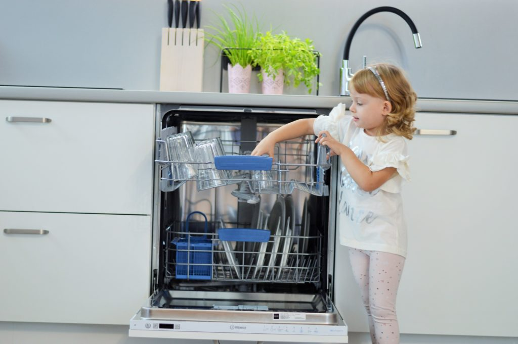 Czy warto włączać dzieci w domowe obowiązki? Nowy raport