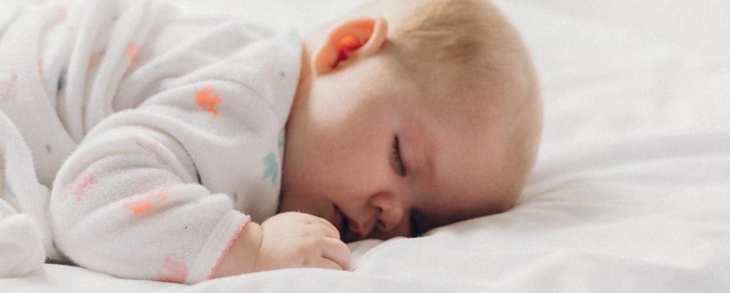 Śpiące niemowlę /Ilustracja do tekstu: Nagła śmierć łóżeczkowa - zapobieganie umożliwi innowacyjny gadżet