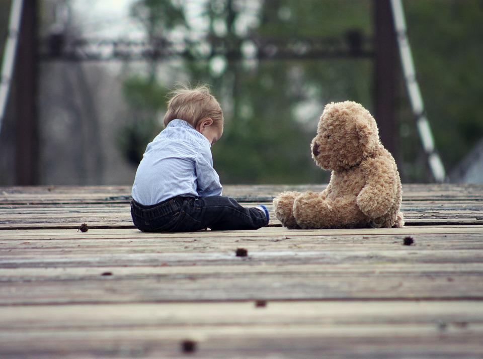 Na zdjęciu: Pomost, na nim mały chłopiec i miś /Ilustracja do tekstu: Rodzic nie wywiezie dziecka za granicę tak łatwo jak wcześniej