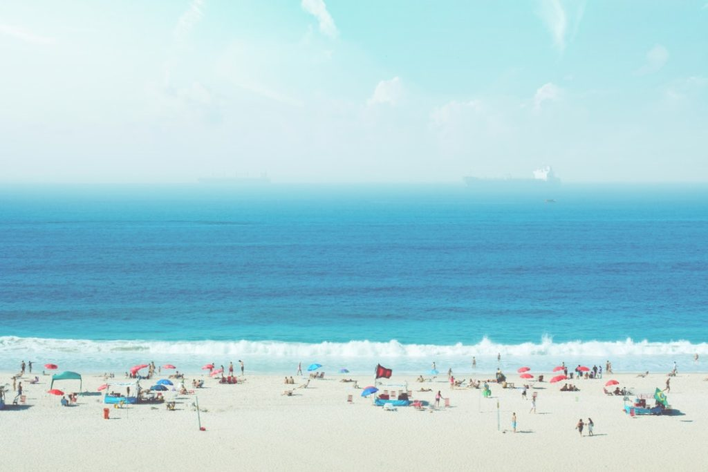 Zatłoczona plaża nad morzem /Ilustracja do tekstu: Polak na wakacjach, czyli grillowanie w parawanie