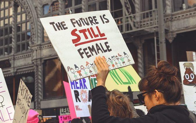 Marsz Kobiet. Na transparencie napis: Przyszłość jest wciąż kobietą /Ilustracja do tekstu: Prawo do aborcji w Polsce: kto za, a kto przeciw