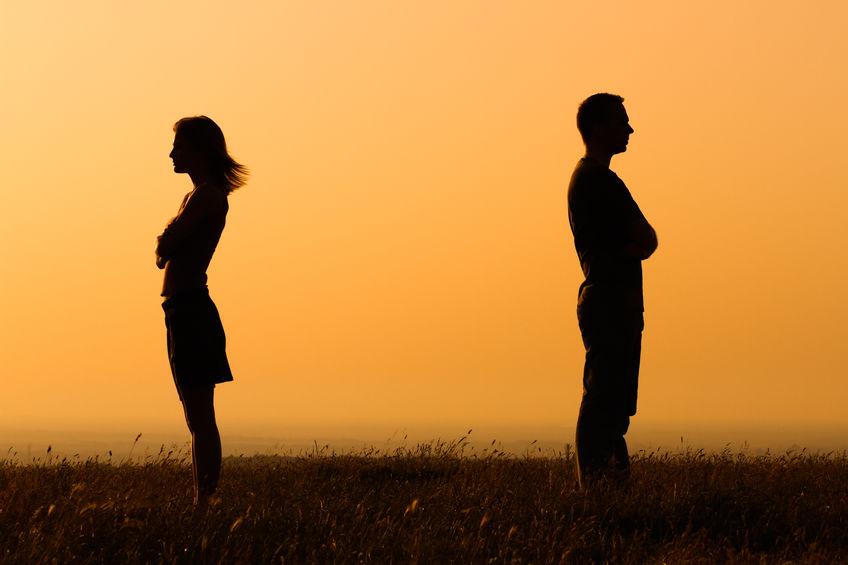 """Niektóre pary, nie widząc rozwiązania dla problemów w relacji decydują się na """"tymczasowe rozstanie"""". Czy to może skończyć się dobrze?"""